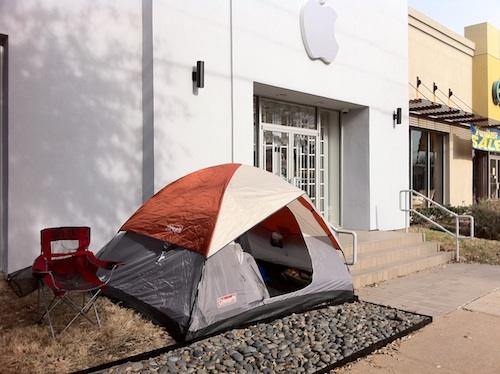 خيمة أمام متجر أبل