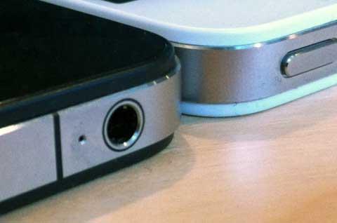 جهاز الايفون 4 الابيض اكثر سمكا من الاسود