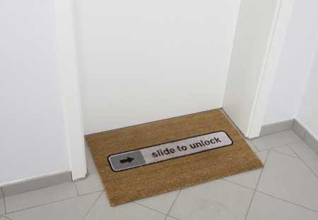 عبارة Slide to unlock على سجادة الدخول الى البيت