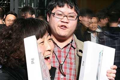 زبائن فرحين بجهاز الايباد 2 في الصين