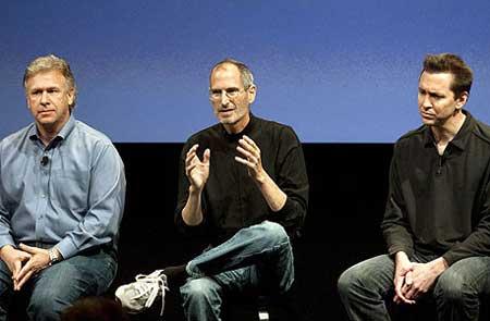 من اليمين: سكوت بورستول، ستيف جوبز، بيل شيلر