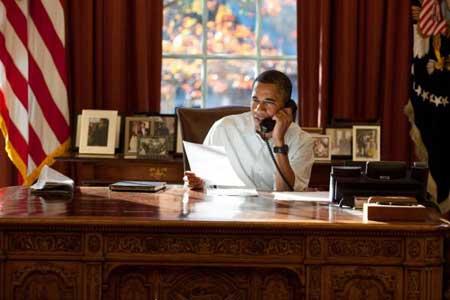 اوباما وبجانبه الايباد الخاص به