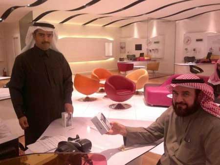 بالصور - مبيعات الايفون 4 اس في السعودية
