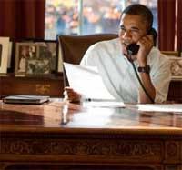 اوباما وبجانبه جهاز الايباد الخاص به