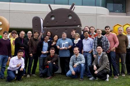 وزنياك اثناء تلقيه هاتف اندرويد هدية من شركة جوجل
