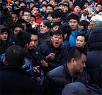 Photo of شاهدوا بالصور: جرحى ومعتقلون عند إطلاق الايفون 4 أس في الصين