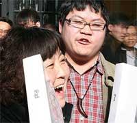 صينيون فرحون بجهاز الايباد