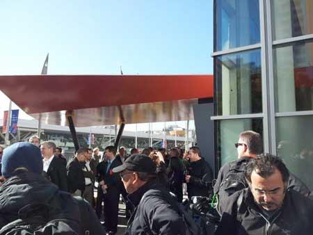 المدعوين الى المؤتمر في طريقهم الى الداخل
