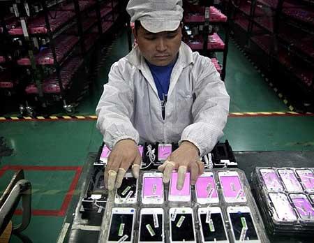 اعترافات عامل في مصانع تركيب أجهزة الايفون والايباد