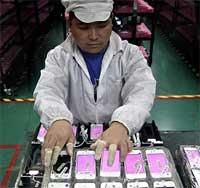 Photo of اعترافات عامل في مصانع تركيب أجهزة الايفون والايباد في الصين
