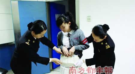 ضبط طفلة اثناء تهريب 30 جهاز ايفون الى الصين