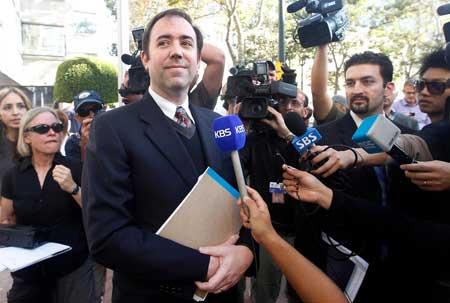 محامي ابل بعد قرار المحكمة (تصوير: AP)