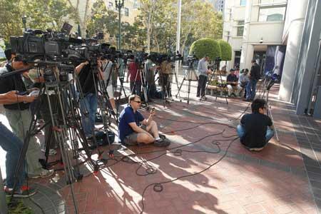 صحافيين اثناء انتظارهم قرار المحكمة (تصوير: AP)