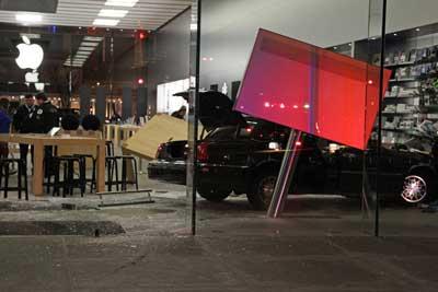 سيارة تتوغل في متجر ابل