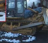 Photo of بالفيديو: هذا هو مصير اجهزة الايفون المزورة !!
