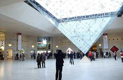 متجر ابل في اللوفر ، باريس فرنسا