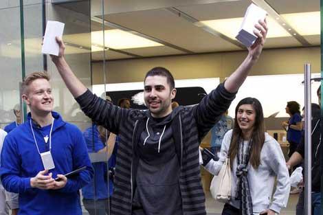 صور من اليوم الاول لمبيعات الايفون 6 والايفون 6 بلس