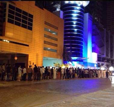 الطوابير أيضاً موجودة أمام بعض مراكز البيع - الإمارات