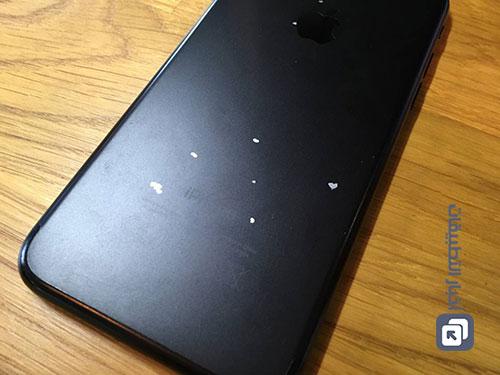 آيفون 7 الأسود يتعرض للتقشير