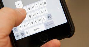 نظام iOS 11 - شرح كيفية تفعيل ميزة الكتابة بيد واحدة في لوحة مفاتيح الأيفون !