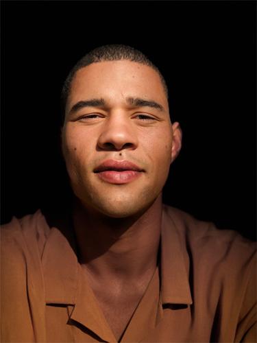 إضاءة مسرحية مع خلفية سوداء عبر خاصية Portrait lighting