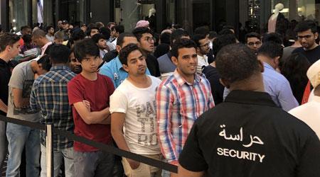 آيفون X متوفر الآن للشراء و طوابير أمام متاجر آبل وايضا في الدول العربية !
