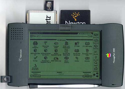 أحد أجهزة آبل اللوحية القديمة Newton MessagePad 2000