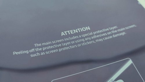 تحذير بعدم إزالة الطبقة الواقية من على شاشة جالكسي Fold