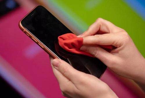 استخدام قطعة قماش خالية من الوبر من أجل تنظيف الايفون