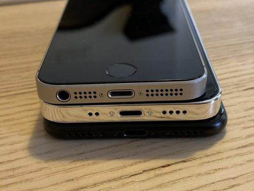 ايفون 12 بشاشة 5.4 إنش في المنتصف