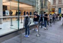 صورة بالصور – بدء وصول هواتف ايفون 12 وايفون 12 للمشترين وطرحها للبيع حول العالم!