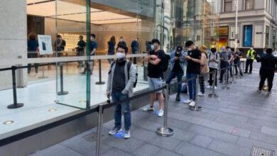 بالصور - بدء وصول هواتف ايفون 12 وايفون 12 للمشترين وطرحها للبيع حول العالم!