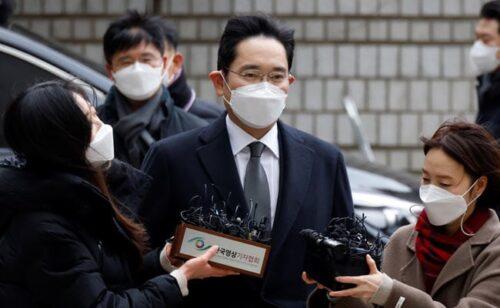 رئيس شركة سامسونج يتلقى حكم بالسجن لعامين ونصف بسبب قضية سياسية كبيرة
