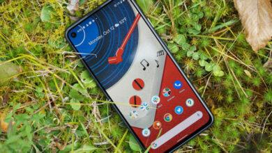 هاتف جوجل بيكسل 5 كان هاتفًا محبطًا لمعظم المستخدمين، وهذا لأن الهاتف قد جاء مع معالج من الفئة المتوسطة إلى جانب مواصفات متواضعة من نواحي عديدة، وهو ما جعل الهاتف رسميًا ليس بهاتف رائد ولا ينافس في هذا السوق من الأساس! واليوم ظهرت التسريبات حول هاتف جوجل بيكسل 5a، الإصدار الأضعف من هاتف بيكسل 5 الضعيف أساسًا! ما نعرفه عن هاتف جوجل بيكسل 5a طبقًا لتسريبات جاءت من مصدر قوي، جوجل تحضر حاليًا لإصدار a من هاتف بيكسل 5، وبالفعل فقد ظهرت الصور والتصميمات المتوقعة للهاتف، لكن ما نجهله هو ما إذا كنا سنشهد إصدار a واحد من الهاتف أم إصدارين، حيث أن جوجل سابقًا قد أطلقت هاتف بيكسل 3a في إصدارين بقياسين مختلفين للشاشة. يوضّح لنا التسريب أن الهاتف بقياسات 156.2*73.2*88 مللي متر، وهي تقريبًا نفس قياسات هاتف بيكسل 4a 5G حديث الإطلاق، كما أن الهاتف سيأتي مع شاشة بقياس 6.2 بوصة مع كاميرا خلفية ثنائية وكاميرا أمامية واحدة على شكل ثقب في الشاشة. التوقعات أيضًا تفيد أن الهاتف قد يأتي مع دعم شبكات الجيل الخامس، وهي ميزة مهمة فعلًا، هذا بالإضافة إلى أن الهاتف سيقدّم مواصفات تقنية قريبة من بيكسل 4a XL ومن بيكسل 5 نفسه! حيث قد يأتي هاتف جوجل بيكسل 5a مع معالج سنابدراجون 732G و4 جيجابايت من الذاكرة العشوائية و128 جيجابايت من الذاكرة التخزينية غير القابلة للتوسيع!