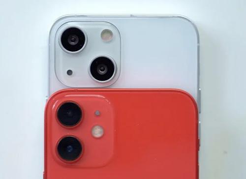 كاميرا ايفون 13 بالأعلى / كاميرا ايفون 12 بالأسفل